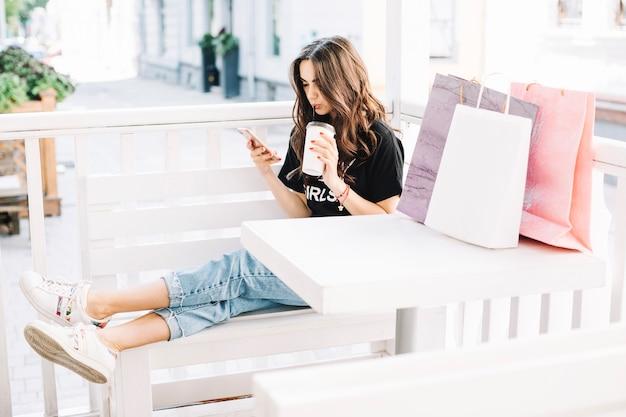 Femme de détente avec café après le shopping