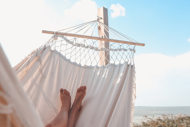 Femme détente dans le hamac à la plage