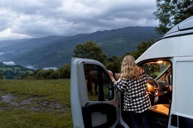 Femme détente dans son camping-car à la lumière du jour