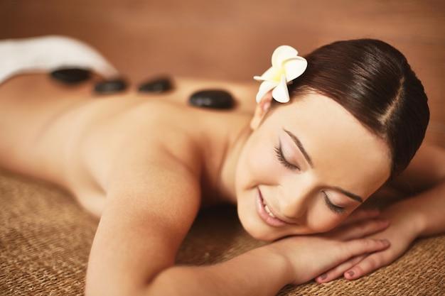 Femme de détente lors d'un traitement spa