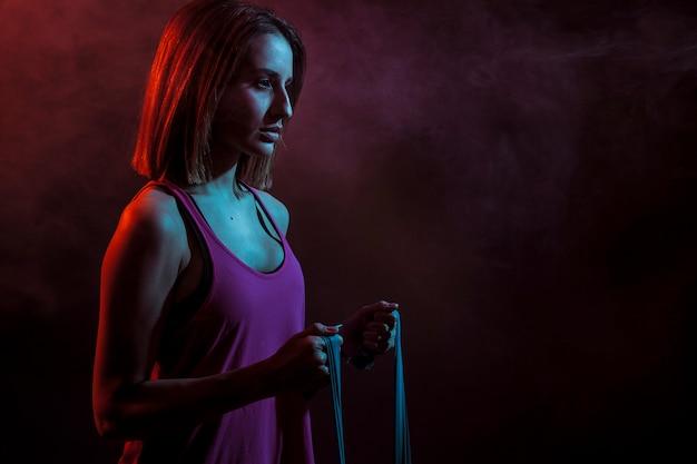 Femme déterminée avec une corde élastique