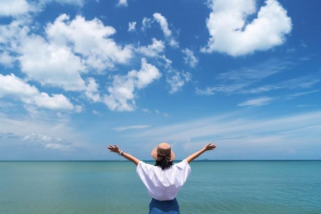 Femme devant la mer