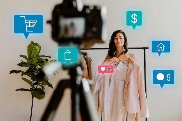 Femme en direct pour la campagne d'achat en ligne