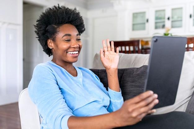Une femme en direct sur les réseaux sociaux pendant le verrouillage de covid19