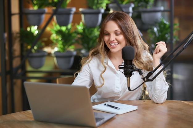 Femme disant différentes informations en ligne pour les adeptes