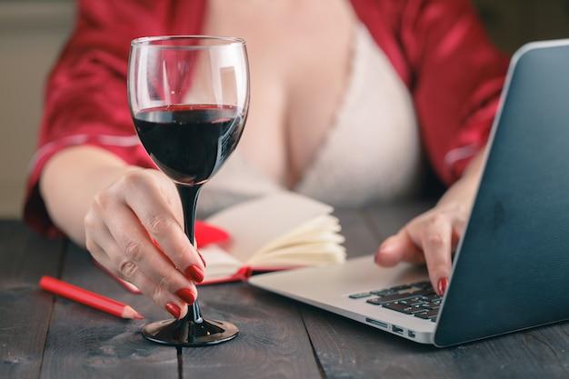 Femme discutant sur des sites de réseautage social à l'aide d'un ordinateur portable