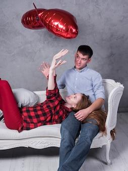 Femme, divan, vomir, ballons coeur