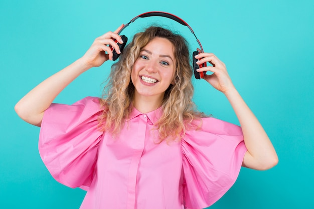 Femme dj en chemise avec des écouteurs