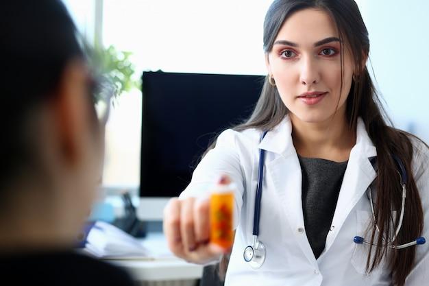 Femme, docteur, donner, pilules, pot