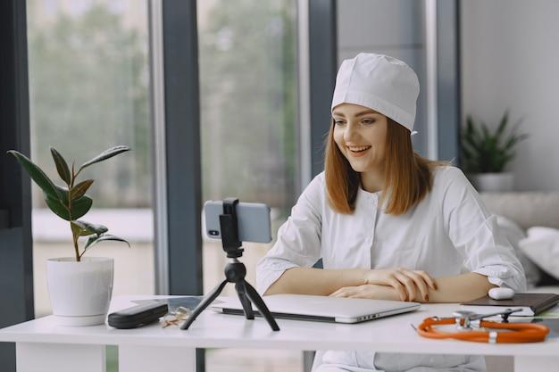 Femme, docteur, enregistrement, vlog, vidéo, medicin