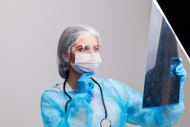 Femme, docteur, examiner, mri, patient, cerveau, bureau