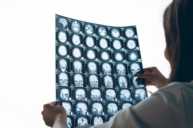 Femme, docteur, examiner, patient, mr, image, bureau