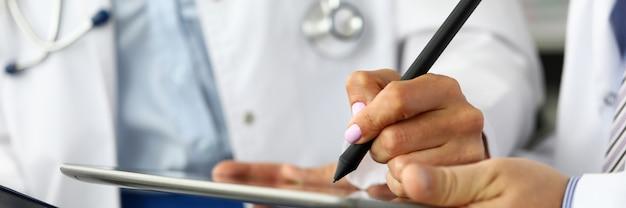 Femme, docteur, prendre, notes, tablette