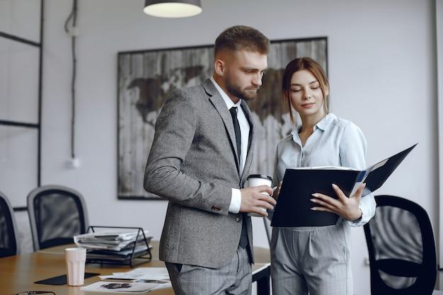 Femme, à, documents., homme affaires, à, a, tasse café., collègues, travailler ensemble