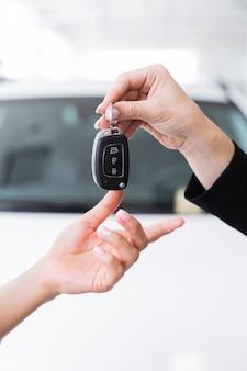 Femme donnant les clés à une autre femme