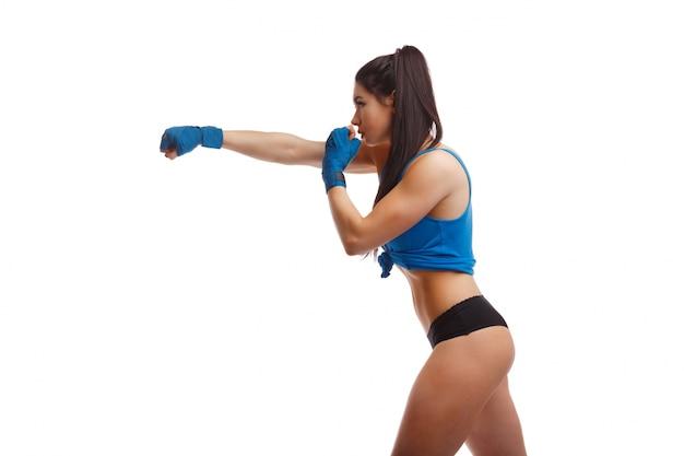 Femme donnant un coup de poing sur le côté