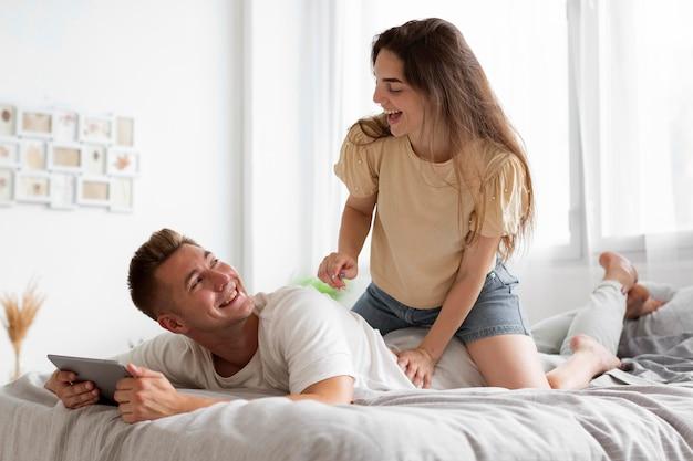 Femme donnant un message à son mari