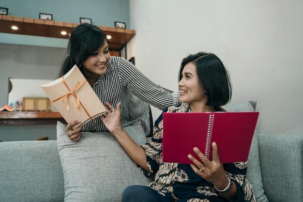 Une femme donne un cadeau à sa mère