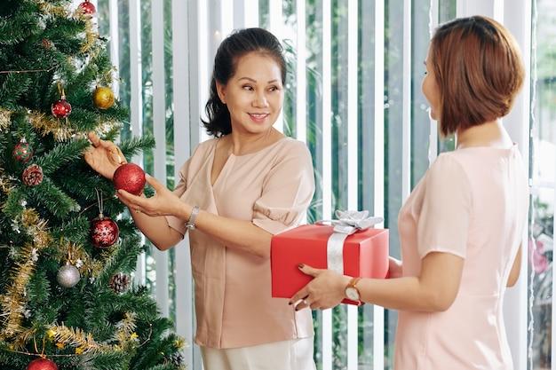 Femme, donner, cadeau, à, mère