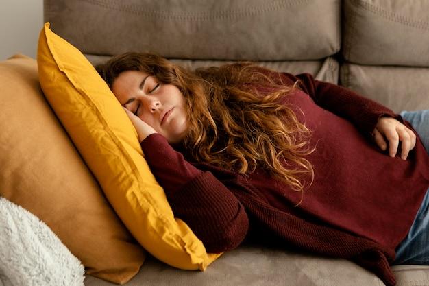 Femme, dormir, sur, divan