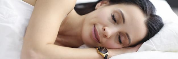 La femme dort dans la chambre à coucher avantages du sommeil pour les humains concept
