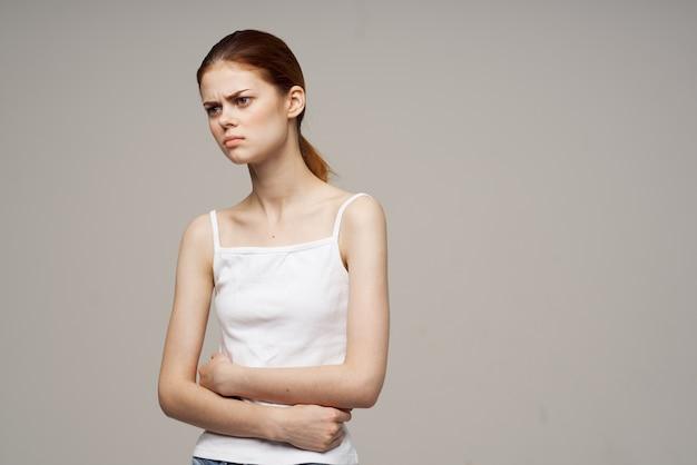Femme douleur à l'aine maladie intime gynécologie inconfort traitement en studio