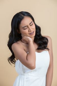 Femme avec douleur au cou