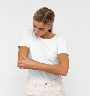 Femme avec douleur au coude