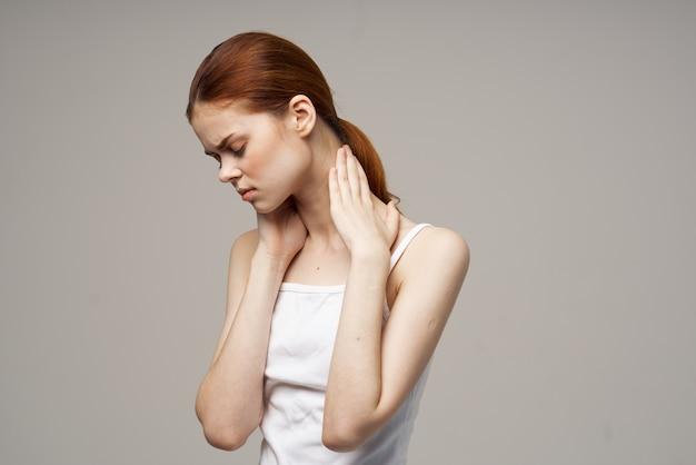 Femme douleur dans le cou arthrite maladie chronique fond isolé