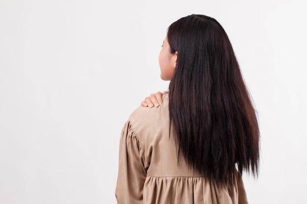 Femme avec douleur à l'épaule ou au cou, raideur, blessure