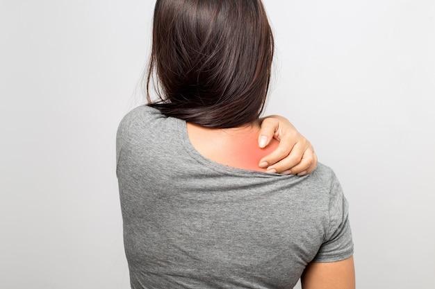 Femme avec douleur à l'épaule
