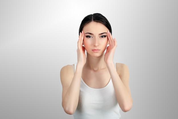 Femme douleur. jeune fille ayant de forts maux de tête, souffrant de migraine