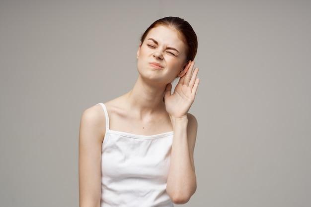 Femme douleur oreille otite médias problèmes de santé infection fond isolé