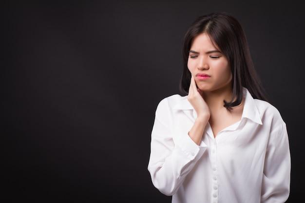 Femme douloureuse avec mal de dents, carie dentaire, sensibilité