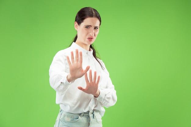 Femme douteuse avec une expression réfléchie faisant le choix