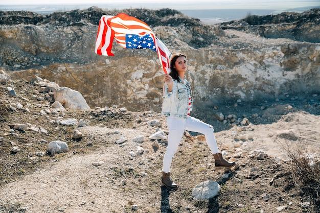 Femme, drapeau usa, regarder caméra