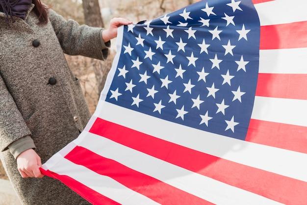 Femme avec drapeau usa