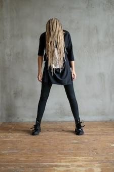 Femme avec des dreadlocks