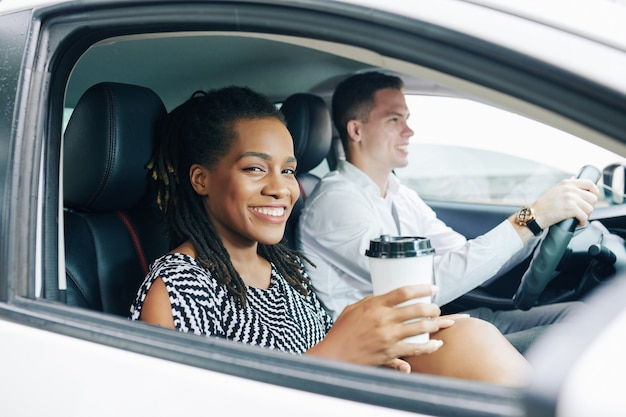 Femme avec du café dans la voiture
