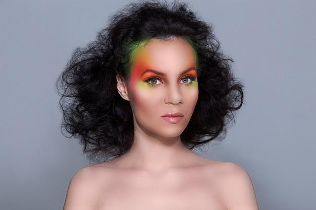Femme avec du maquillage coloré
