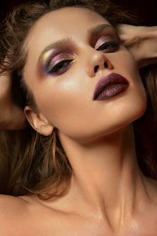 Femme avec du maquillage rouge. séance beauté