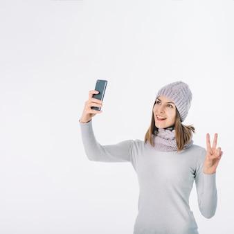 Femme, écharpe, chapeau, prendre, selfie