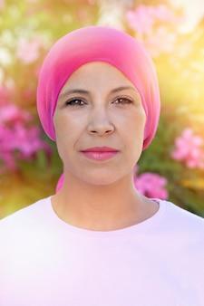 Femme, écharpe rose, tête