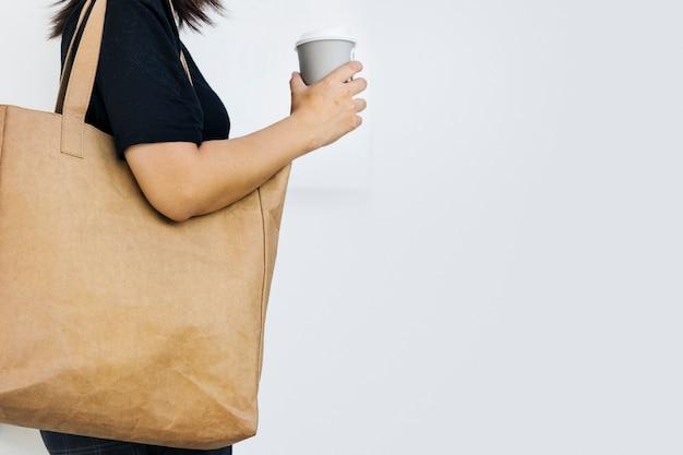Femme écologiste utilisant une photo de sac fourre-tout écologique avec un espace de conception