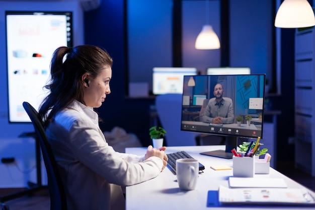 Femme écoutant deadlinneul pour un nouveau projet de communication lors d'une réunion en ligne pigiste