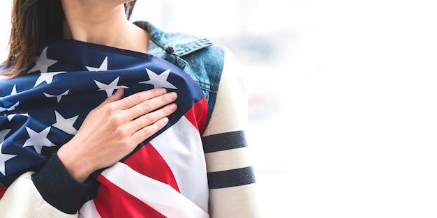 Femme écoutant l'hymne national des états-unis