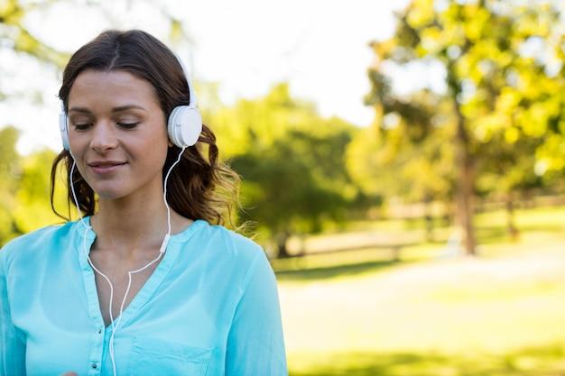 Femme écoutant de la musique dans les écouteurs