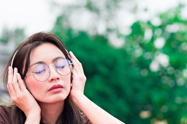 Femme écoutant de la musique sur la nature