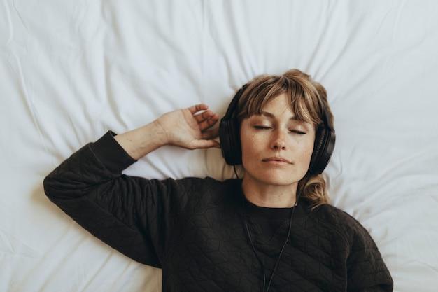 Femme écoutant de la musique pendant la quarantaine du coronavirus