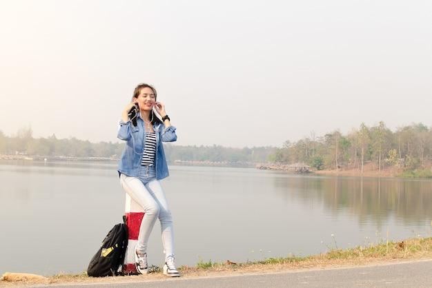 Femme écoutant de la musique en plein air. working woman.relax temps.